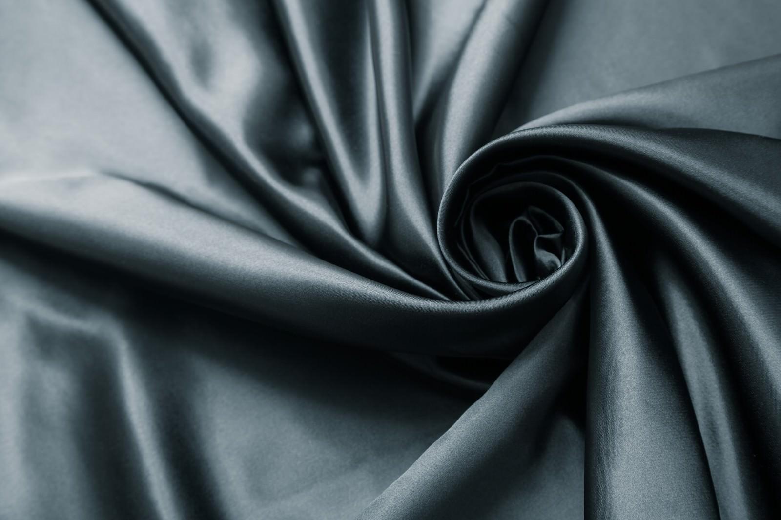 「高級感のある黒いサテンの生地」の写真
