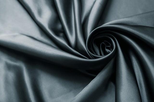 高級感のある黒いサテンの生地の写真