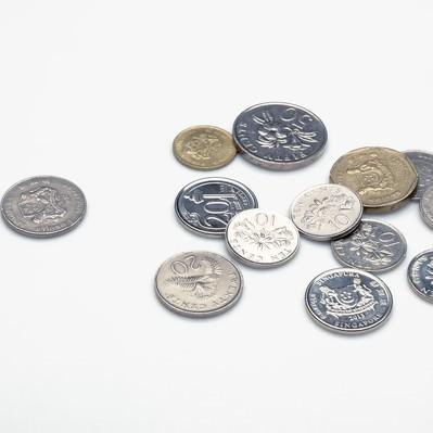 「散らばったシンガポールのコイン」の写真素材