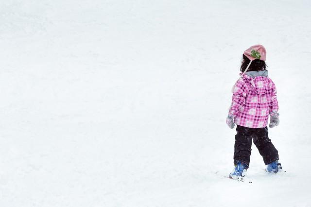 スキーを楽しむ子供の写真