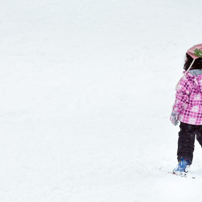 「スキーを楽しむ子供」の写真素材