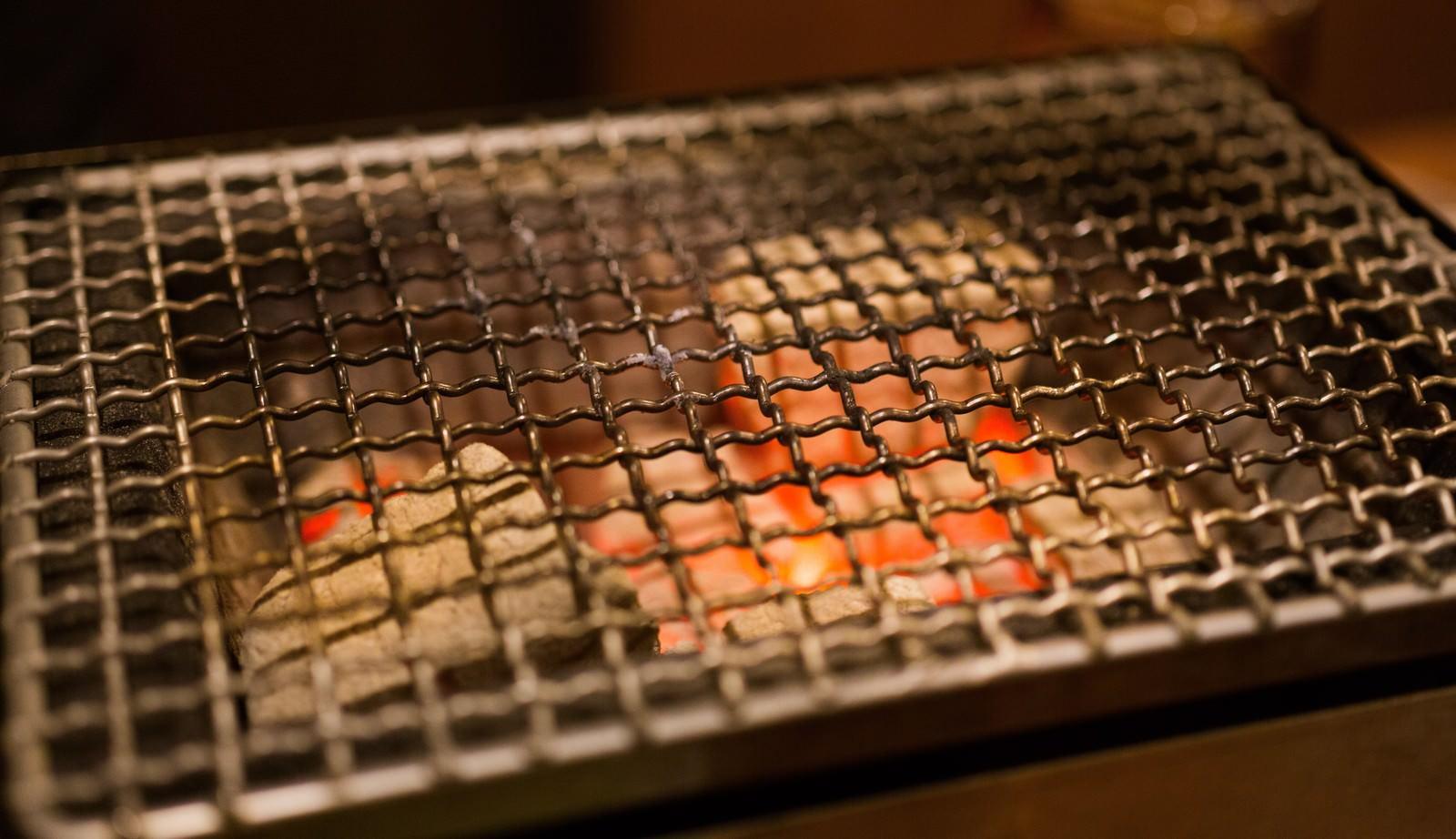 「炭火と網」の写真