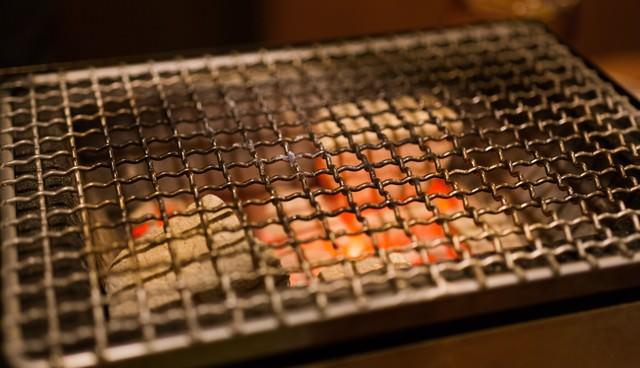 炭火と網の写真