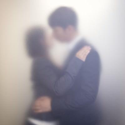 「隠れてオフィスラブをするも、全然隠れてなかった社内カップル」の写真素材