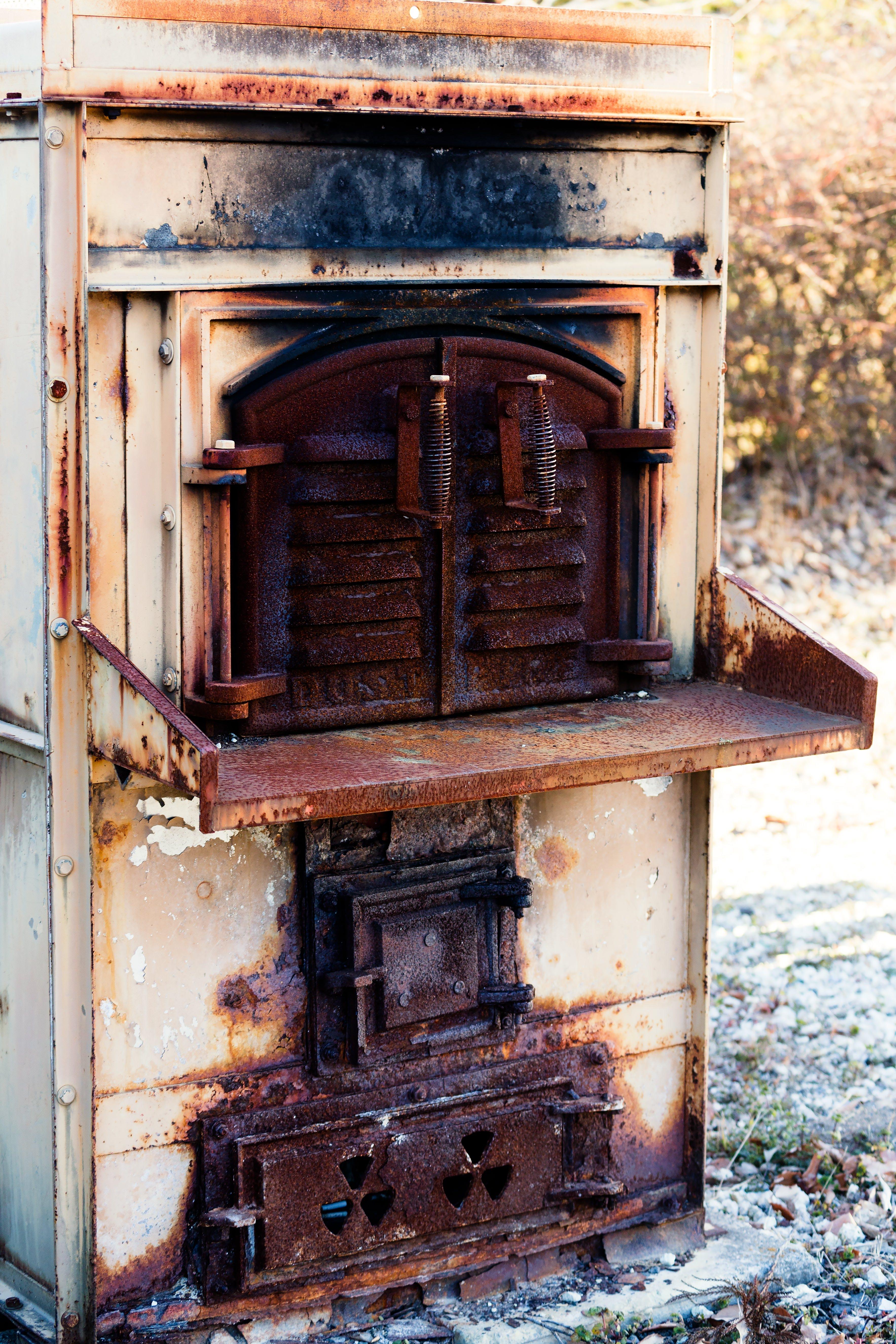 使い込まれた焼却炉の写真素材