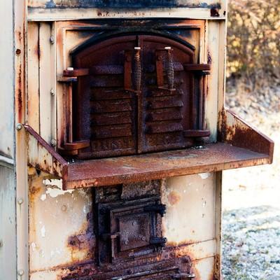 使い込まれた焼却炉の写真