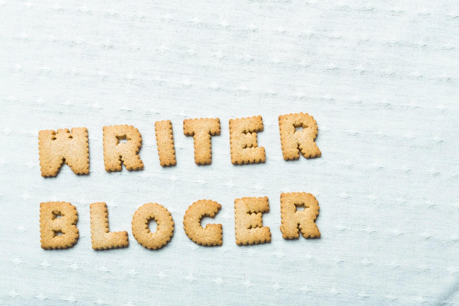 「WRITER、BLOGERと並べられたクッキー」の写真