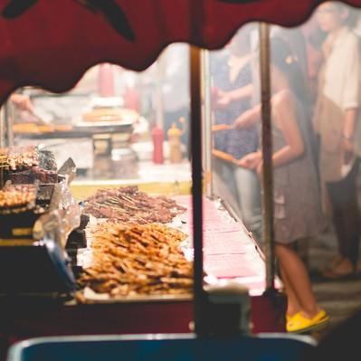 「お祭りの屋台(焼き鳥)」の写真素材