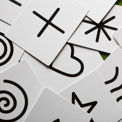 「散らばる予言カード」の写真素材