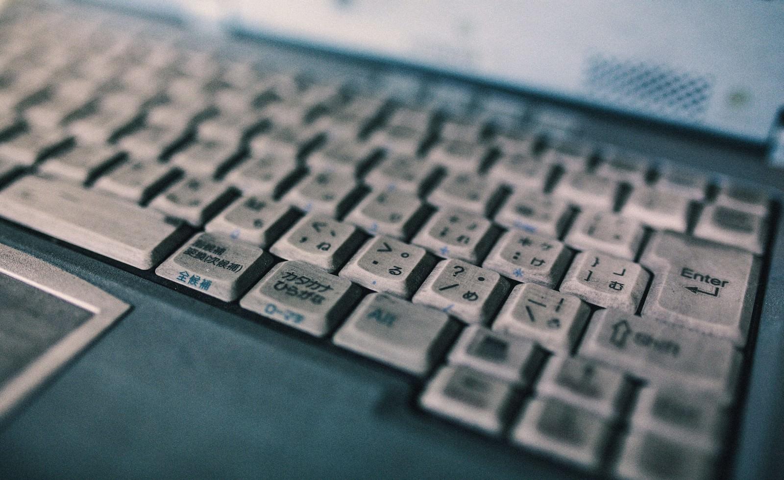 「ひどく汚れたノートパソコンのキーボード」の写真