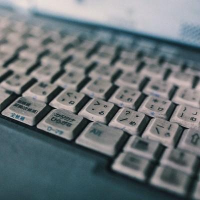 「ひどく汚れたノートパソコンのキーボード」の写真素材