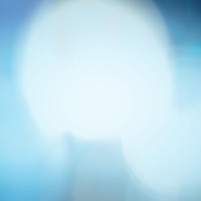 青く寂しい光のボケの写真