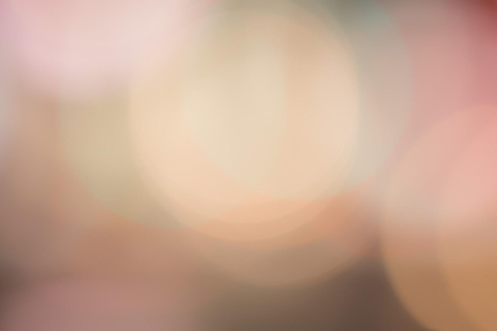 「歓楽街の光のボケ」の写真