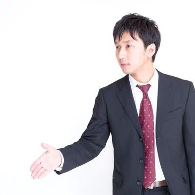 「握手を求めるビジネスマン」の写真素材