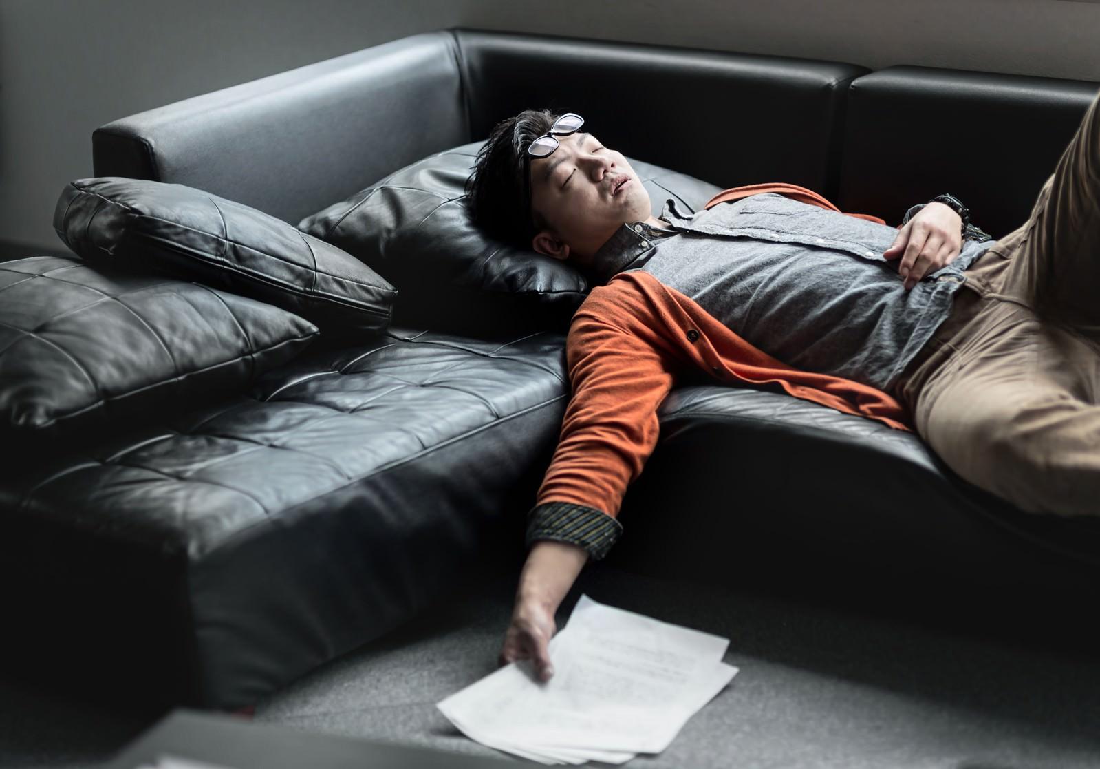 「原稿を持ってソファーで寝落ちする担当の男性原稿を持ってソファーで寝落ちする担当の男性」[モデル:OZPA]のフリー写真素材を拡大