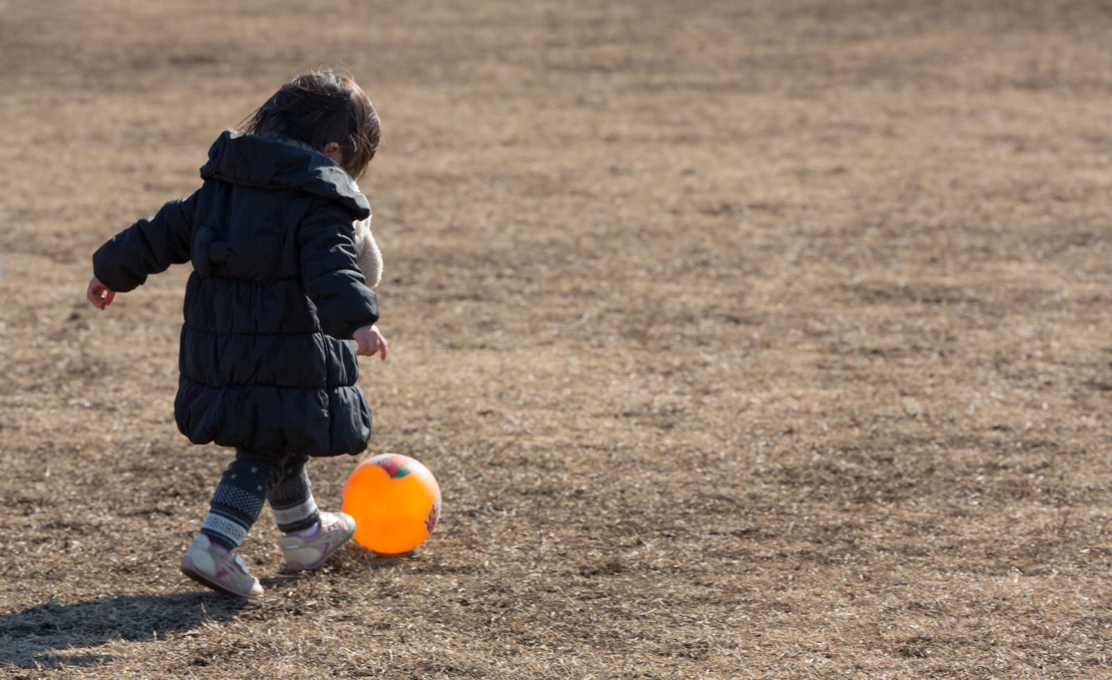 「ボール遊びをする子供」の写真