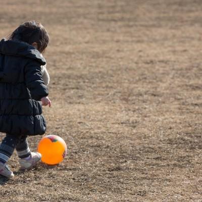 「ボール遊びをする子供」の写真素材