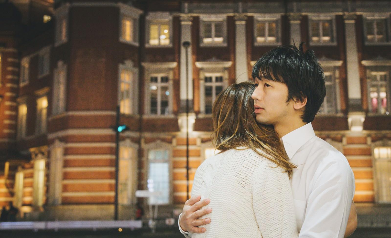 「「やっと会えたね…」と抱き合う遠距離恋愛カップル」の写真[モデル:大川竜弥]