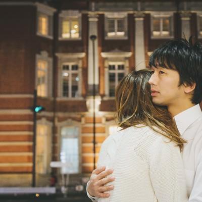 「「やっと会えたね…」と抱き合う遠距離恋愛カップル」の写真素材