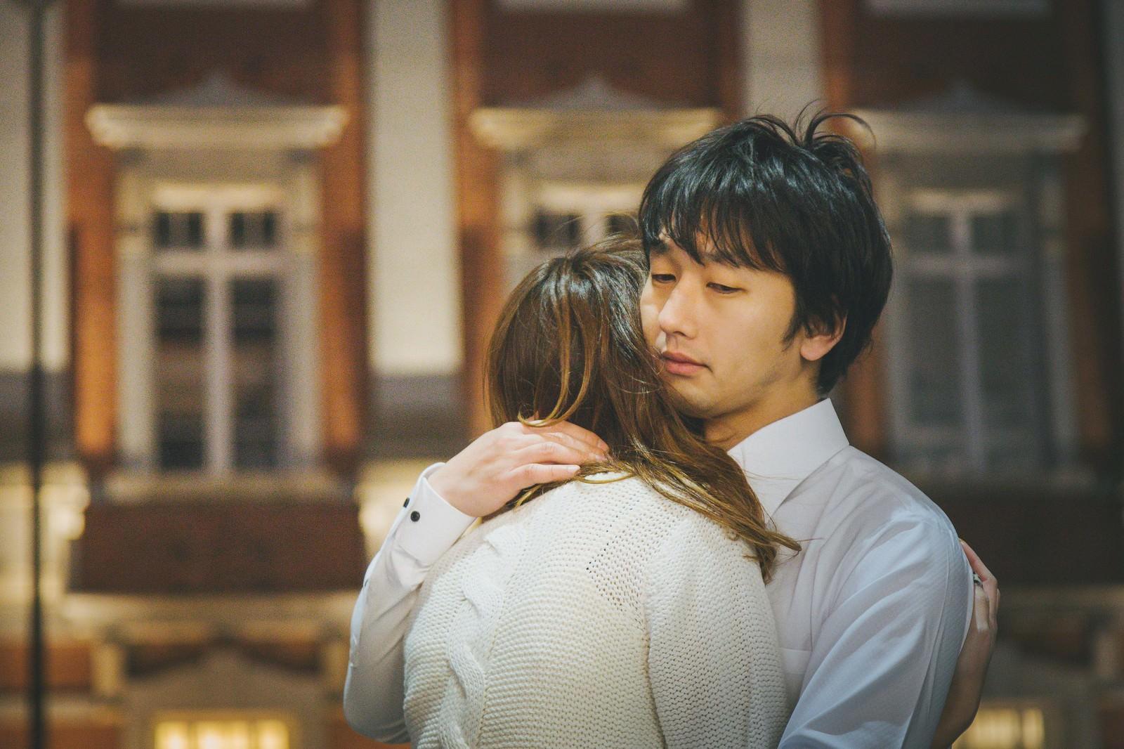 「彼女との別れを惜しむ彼氏」の写真[モデル:大川竜弥]