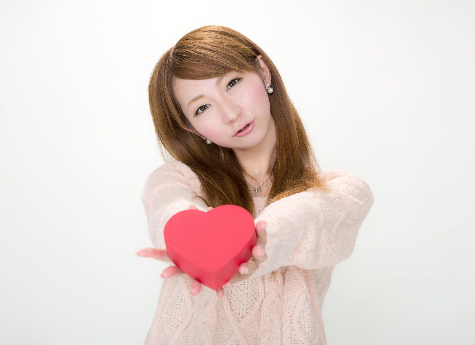 「「私の気持ちを受け取って!」とバレンタインにハート形のチョコレートを渡す女の子」の写真[モデル:to-ko]
