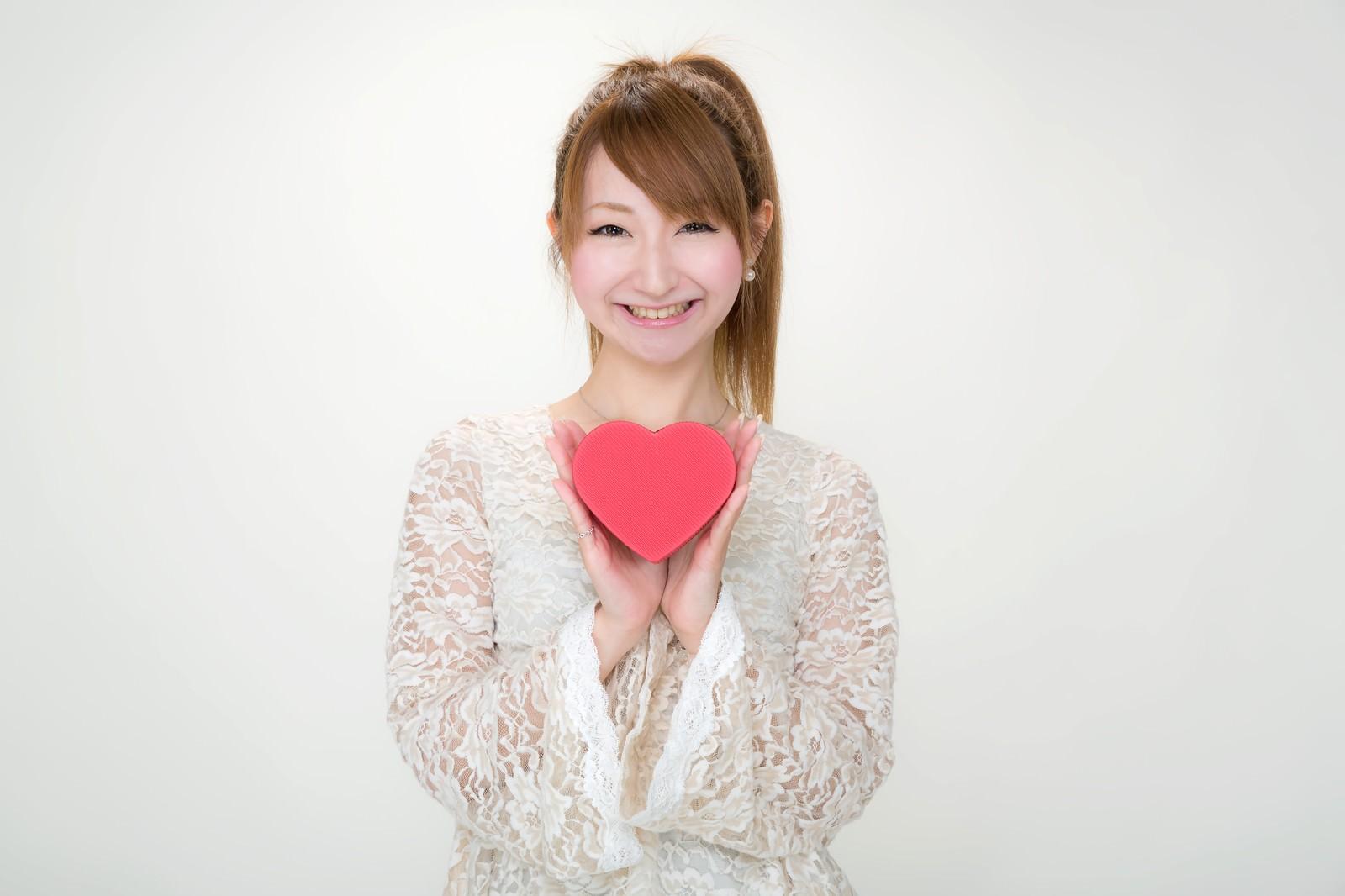 「バレンタインにハート形のチョコを持ったポニテ―ルの女の子」の写真[モデル:to-ko]