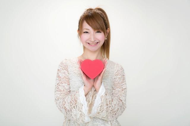 バレンタインにハート形のチョコを持ったポニテ―ルの女の子の写真
