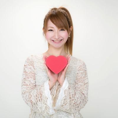 「バレンタインにハート形のチョコを持ったポニテ―ルの女の子」の写真素材