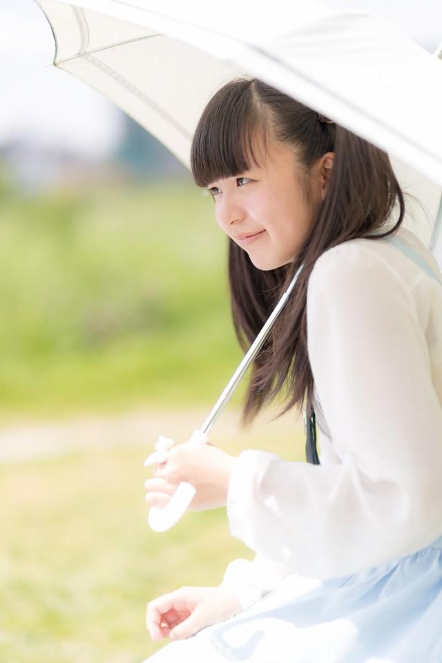 日傘をさしたツインテールの女の子の写真