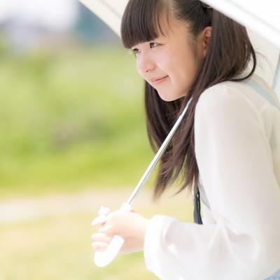 「日傘をさしたツインテールの女の子」の写真素材