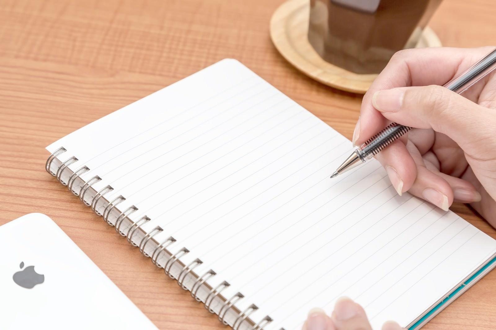 「ノートに書き込みするノートに書き込みする」のフリー写真素材
