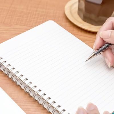 「ノートに書き込みする」の写真素材