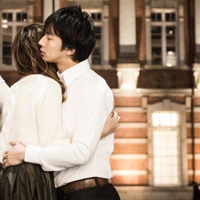 「抱き合いながら壁ドンをキメるトレンドに敏感な彼氏」の写真素材