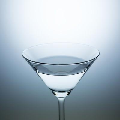 「水(酒)が入ったカクテルグラス」の写真素材