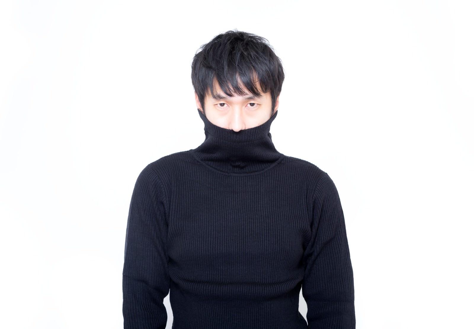 「口元を隠し、上忍気取りのタートルネック男子」の写真[モデル:大川竜弥]