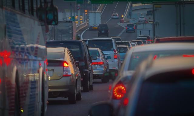 渋滞で混雑する道路の写真