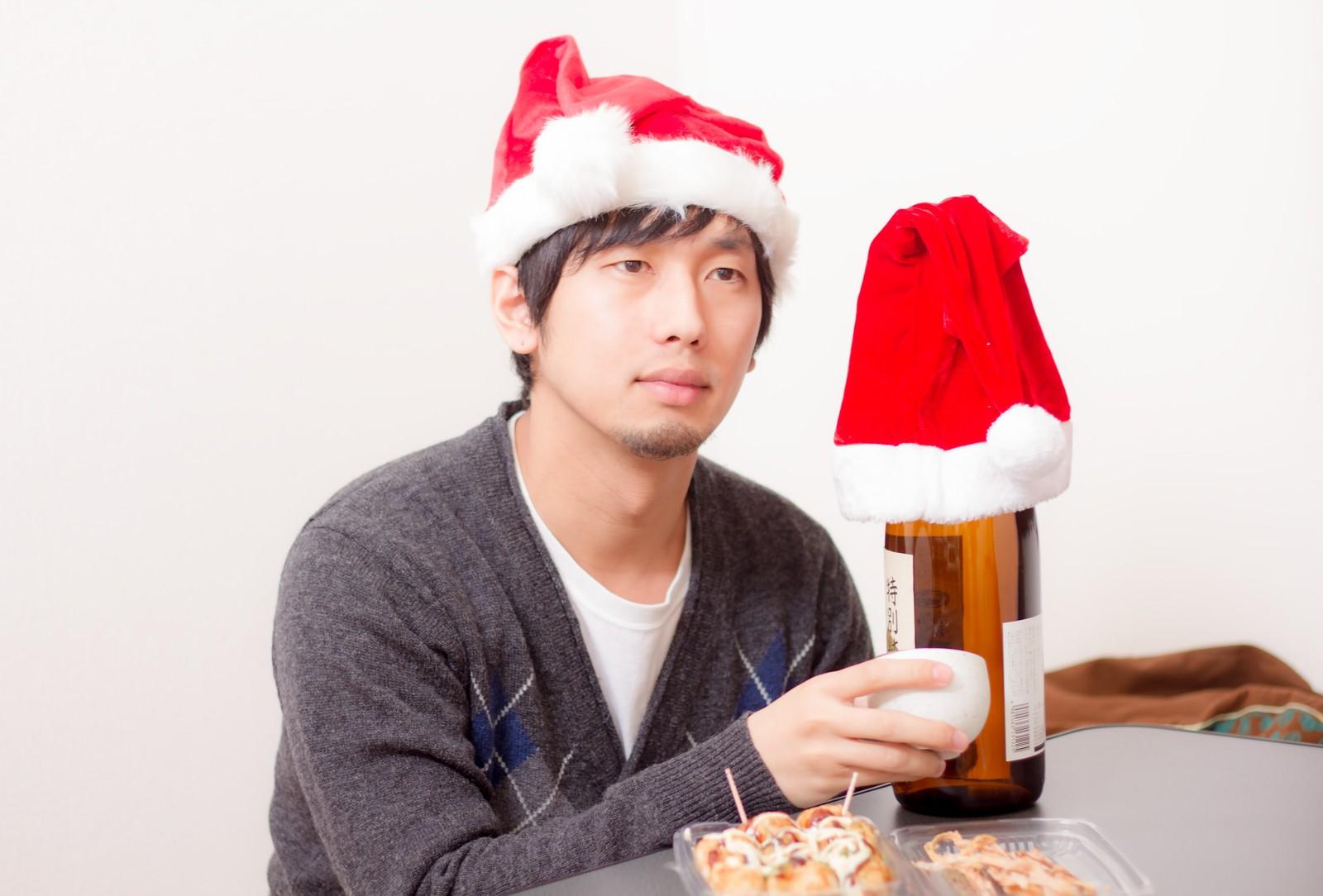 「クリスマスは酒瓶と一緒」の写真[モデル:大川竜弥]