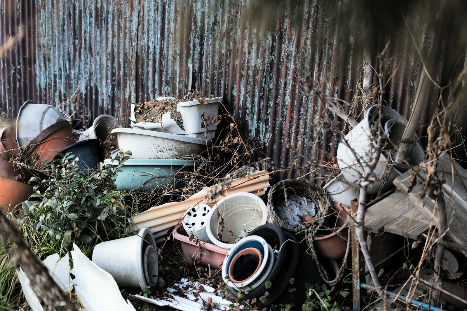 「崩れて壊れた鉢植え崩れて壊れた鉢植え」のフリー写真素材を拡大