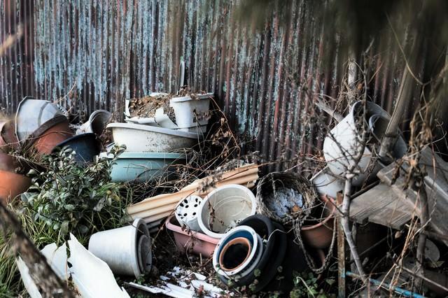 崩れて壊れた鉢植えの写真