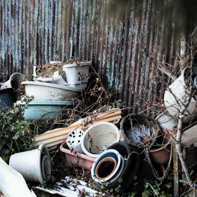「崩れて壊れた鉢植え」の写真素材