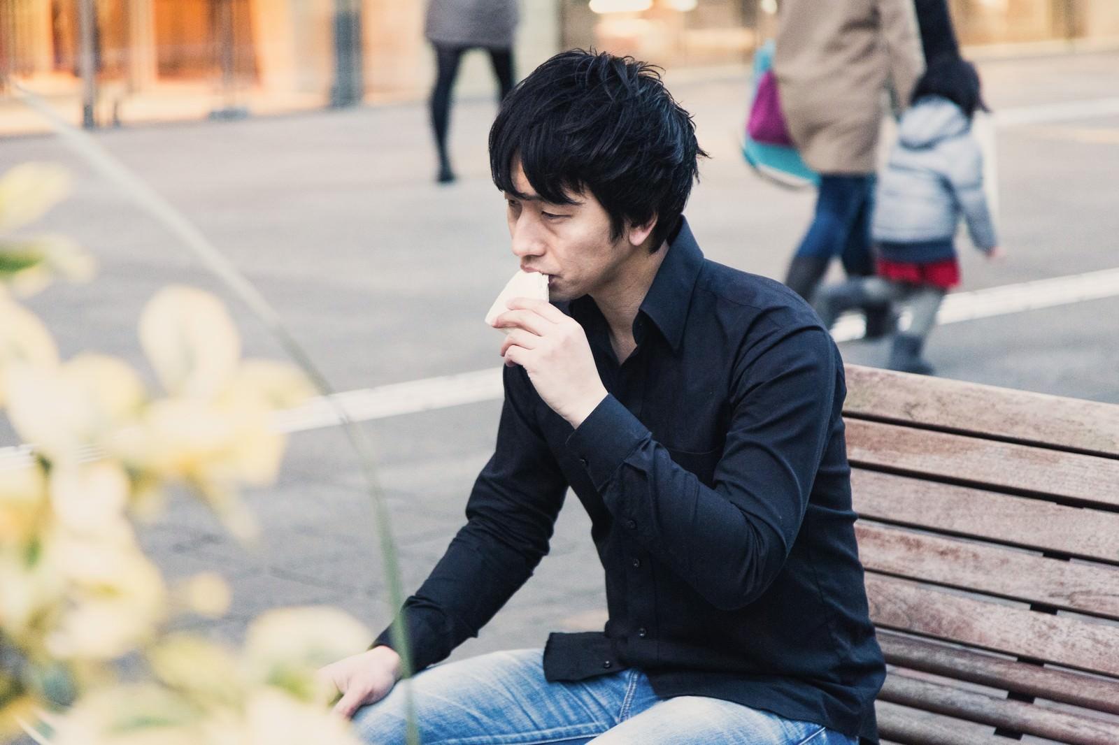 「ベンチでランチをするアパレル店員」の写真[モデル:大川竜弥]
