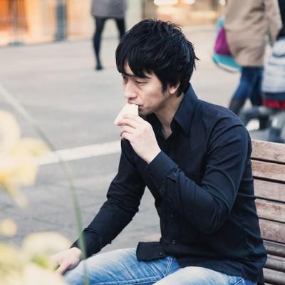 「ベンチでランチをするアパレル店員」の写真素材