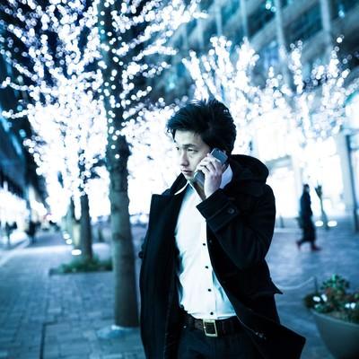 「「今から会いに行くからね」と恋人に電話をするイケメン」の写真素材