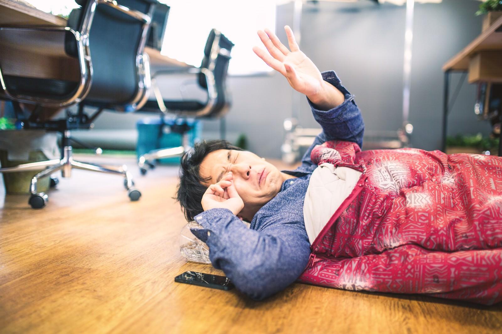 「朝、出社したら徹夜明けの上司が眠い目をこすっていた朝、出社したら徹夜明けの上司が眠い目をこすっていた」[モデル:大川竜弥]のフリー写真素材を拡大