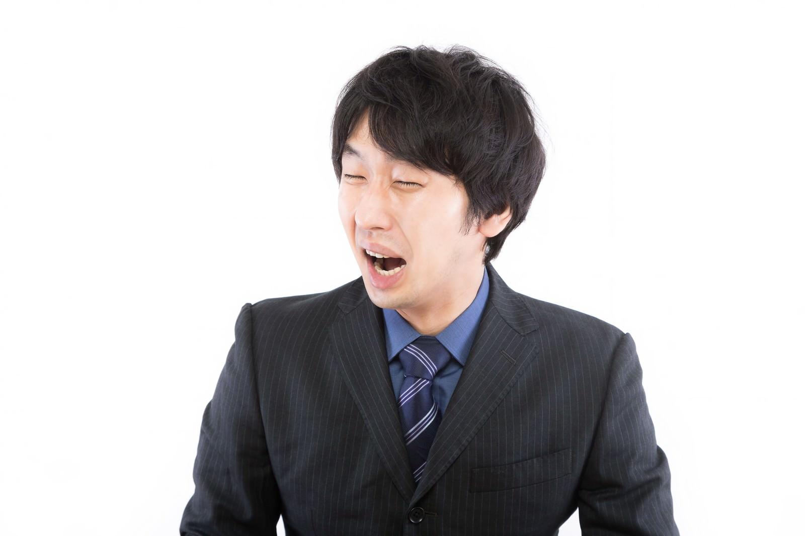 「人目もはばからず号泣する男性」の写真[モデル:大川竜弥]