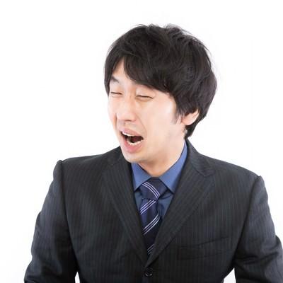 「人目もはばからず号泣する男性」の写真素材