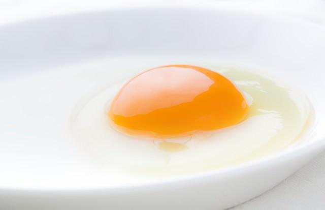 綺麗な生卵の写真