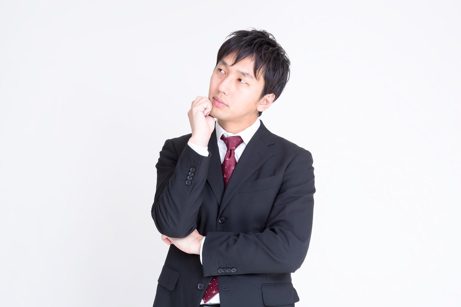 「考えるスーツ姿の男性考えるスーツ姿の男性」[モデル:大川竜弥]のフリー写真素材