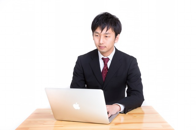 MBAで日報を入力するビジネスパーソンの写真