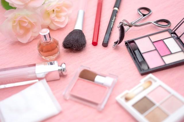 女性の化粧品セット(マスカラ・アイシャドーなど)の写真